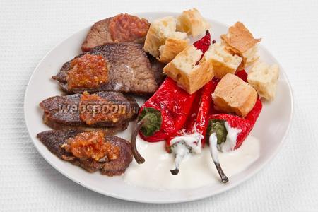Выкладываем мясо, перец, лаваш, поливаем йогуртом и соусом из помидор. Блюдо готово!