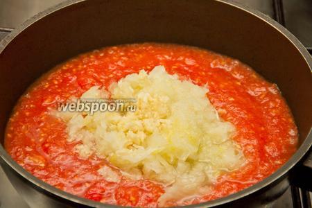 Затем в помидоры добавляем лук и чеснок, и тушим ещё 10 минут.
