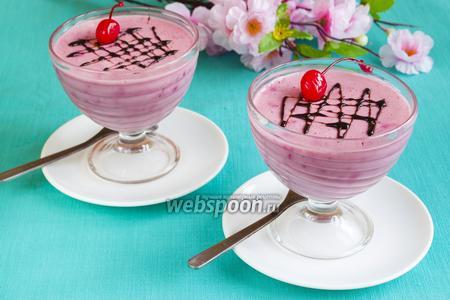 Сливочный десерт с вишней
