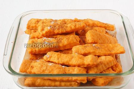 Ещё горячее печенье посыпать сверху мелкой солью и измельчённой смесью любимых трав.