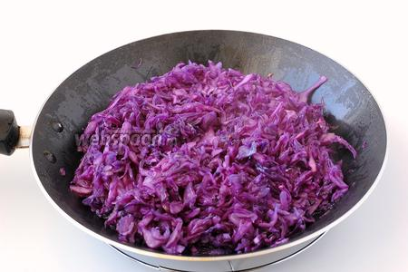 Обжарить капусту на подсолнечном масле 2-3 минуты.