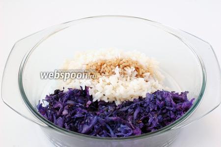 Смешать рис и подготовленную капусту, заправить соевым соусом.