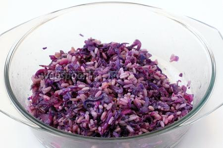 Добавить уксус — капуста сразу поменяет цвет. Подавать салат, настояв в холодильнике 10 минут.