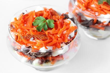 После того, как салат пропитается примерно 1 час в холодильнике, украшаем каждую порцию листиками свежей петрушки и подаём к столу!