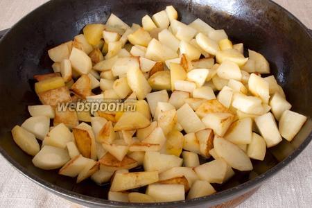 Обжарить на горячей сковородке-жаровне, добавив растительное масло. Нужно, чтобы картофель немного «схватился», подрумянился.