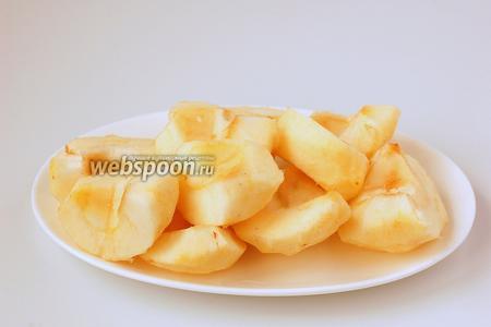 Яблоки очистить и нарезать кусочками. Должно выйти 250 г чистой массы яблок.