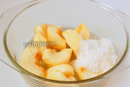 Соединить яблоки, сахар и подсолнечное масло.