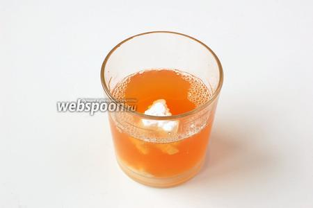 Яблочный сок (200 мл) соединить с крахмалом.