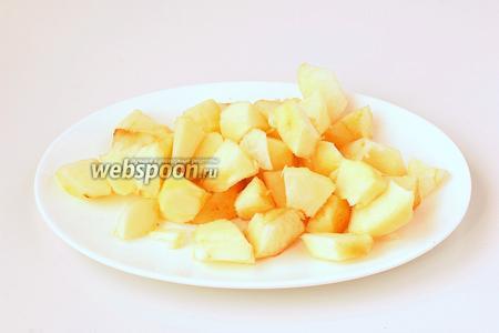 Яблоки почистить и порезать.