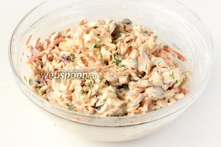 Перемешиваем салат. Подаём его к столу после того, как он 30 минут настоится в холодильнике! Украшаем салат маринованными шампиньонами и зеленью.