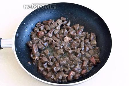 Кубики сердца выложить на сковороду с разогретым маслом и обжаривать до полуготовности.
