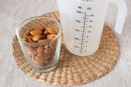 Для того, чтобы приготовить миндальное молочко потребуется миндаль и вода.