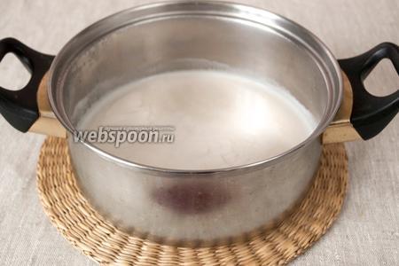 Молочко вместе с сахаром довести до кипения. Отставить в сторону и дать немного остыть.