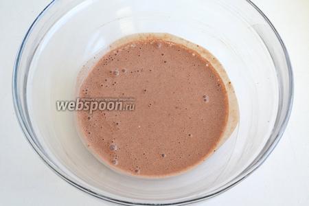Отделите 1/3 теста в другую миску и добавьте в него какао. Если получилось густовато, разбавьте молоком.