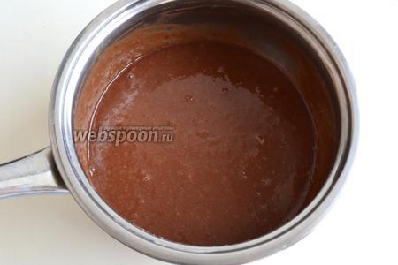 Добавьте в кастрюлю шоколад, поломанный на кусочки, и размешайте до растворения шоколада.