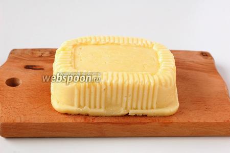 Через 1 час выложить остывший сыр из формы. Сыр готов.