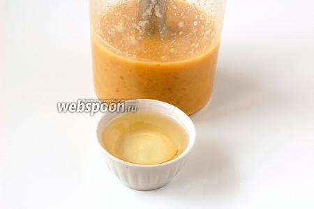 Порциями добавлять подсолнечное масло, постоянно взбивая массу блендером.