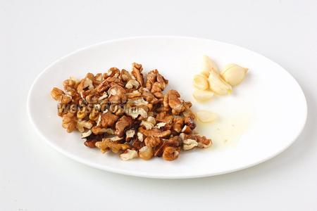 Соединить орехи, чеснок и лимонный сок.