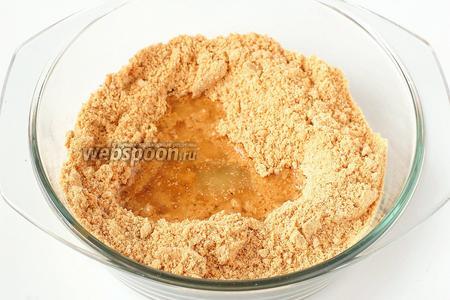 Вылить сироп в арахисовую смесь, хорошо перемешать.