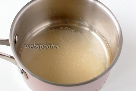 Соединить сахар, ванильный сахар и воду. Довести до кипения.