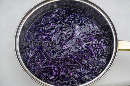 Выложить в сковороду с водой нашинкованную капусту. Закрыть крышкой, тушить до размягчения.