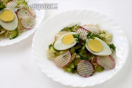 Поливаем салат маслом, кладём сверху по паре кружков сваренных вкрутую яиц — и можно наслаждаться свежим вкусом салата.