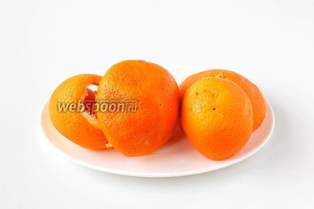 Апельсины помыть, ошпарить. Снять шкурку.