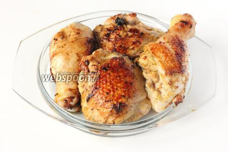 Подаём курицу в горячем виде, порционно, со свежим листовым или овощным салатом!