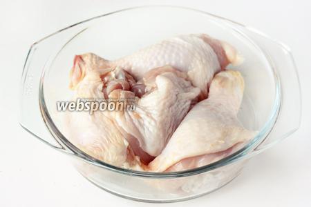 Куриные окорочка разрезаем по суставам на 2 части каждый. Всего получается четыре кусочка, а, соответственно, четыре порции.