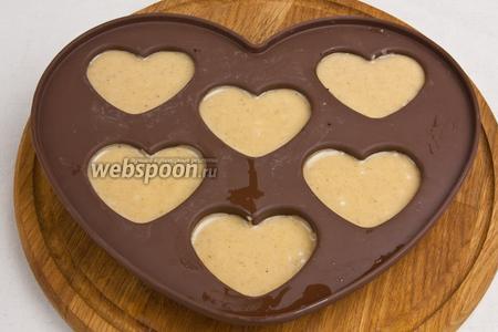 Распределить глазурь при помощи ложки на печенье.
