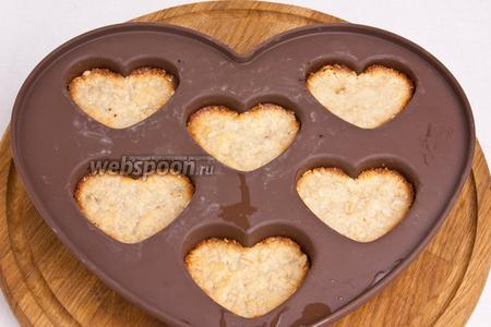 Отправить в разогретую до 180°C духовку на 15-20 минут. Пока печенье остывает приготовим глазурь.