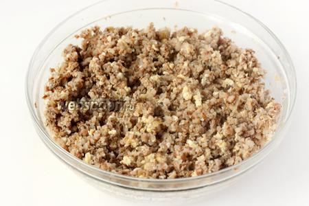 Перемешиваем гречневую кашу, печень и яйца.
