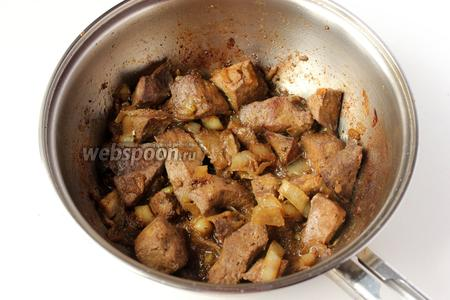 Продолжаем обжаривать до полной готовности печени, не накрывая сковороду крышкой, периодически перемешивая.