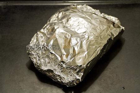 Заворачиваем грудку в фольгу и ставим в духовку печься на 30-40 минут при температуре 180°C.