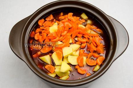 Через полтора часа добавить к мясу овощи и перемешать. Если нужно, добавить жидкость — кипяток в нужном количестве. Закрыть кастрюлю крышкой, и тушить всё 30-40 минут на медленном огне.