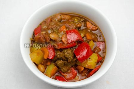 Степень густоты блюда зависит от вашего желания — жидким или густым оно будет от количества воды и сока от овощей. Подавать Венгерский гуляш к обеду со сметаной, посыпанной сухой паприкой.