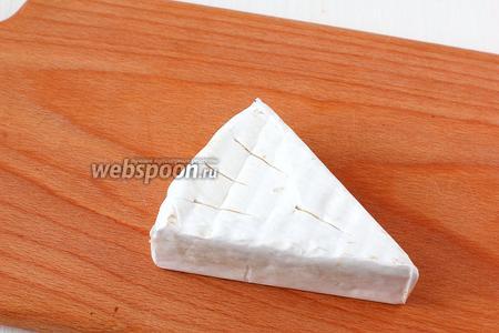 Сыр прорезать в нескольких местах, но не насквозь.