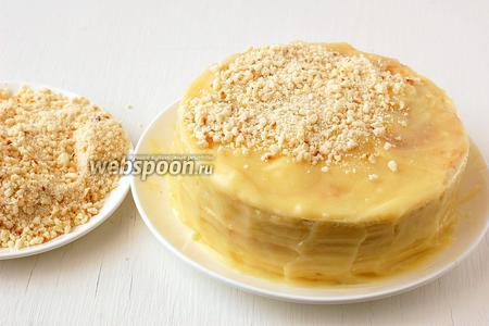 Покрыть кремом верх и бока торта. Обсыпать крошкой из обрезанных частей коржей (их надо измельчить с помощью кухонного комбайна).