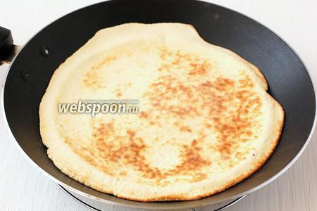 Обжарить каждую лепёшку на горячей сухой сковороде по 1-2 минуты с каждой стороны.