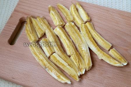 Каждый банан разрезать на 4 части вдоль. Если они будут ломаться, не страшно.