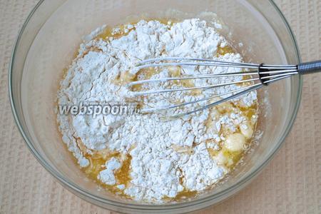 Добавить соль, сахар и муку.