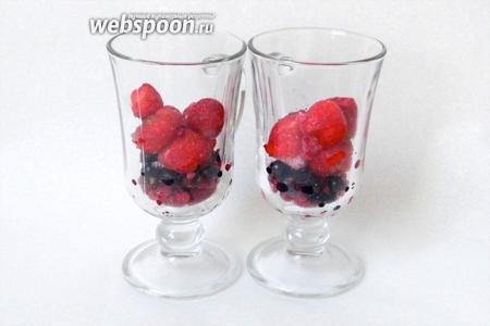 В формы для подачи насыпаем ягоды.