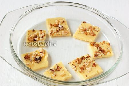 Выложить печенье в форму для микроволновки. В центр тесто не кладём!