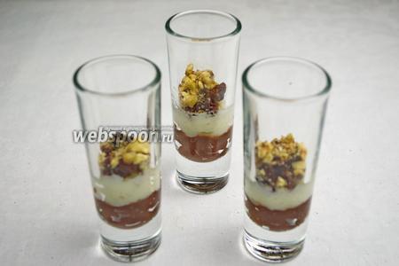 Между слоями десертной массы засыпать слой орехов с изюмом.