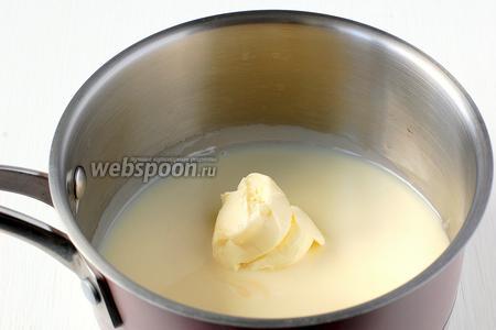 Соединить сгущённое молоко и масло.