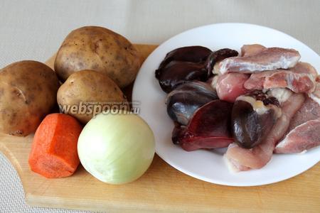Для приготовления блюда нужно взять немного мякоти говядины и курицы, гусиные потроха (сердце, желудок, печень) с жиром, лук, морковь, картофель, муку, зелень, хмели-сунели, лавровый лист.