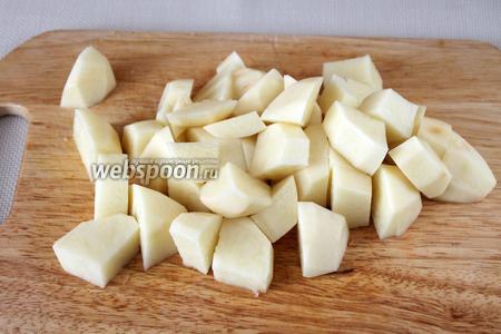Картофель очистить, промыть и нарезать каждую картофелину пополам, потом ещё раз вдоль пополам и поперёк крупными дольками.