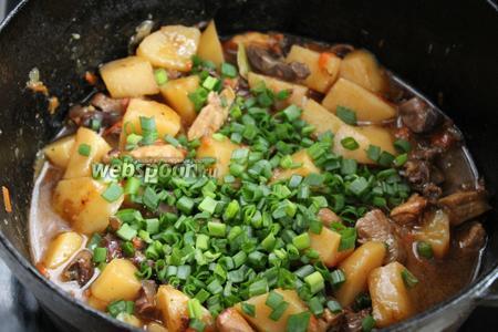 Готовое блюдо посыпать зеленью.