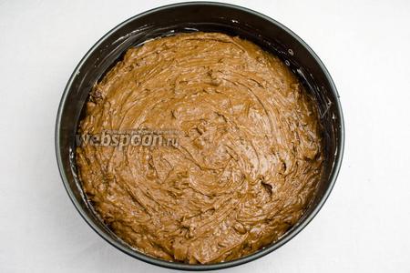 Вылить тесто в подготовленную форму. Поставить в горячую духовку. Выпекать при температуре 160 °C в течение 1 часа. Готовность проверьте шпажкой. Пеките до сухой лучины.