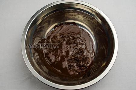 Шоколад растопить на водяной бане. Остудить шоколадную массу.